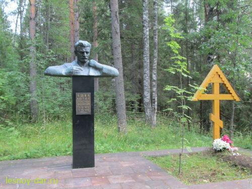 Могила поэта и памятник ему на Бобришном Угоре